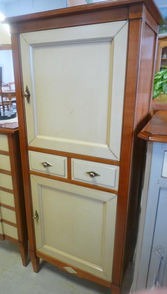 Homme-debout 2 portes + tiroirs en merisier massif + teinte merisier + teinte vanille