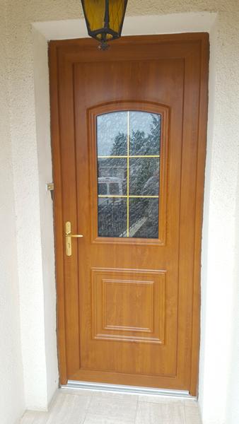 Porte en bois avec teinte naturelle