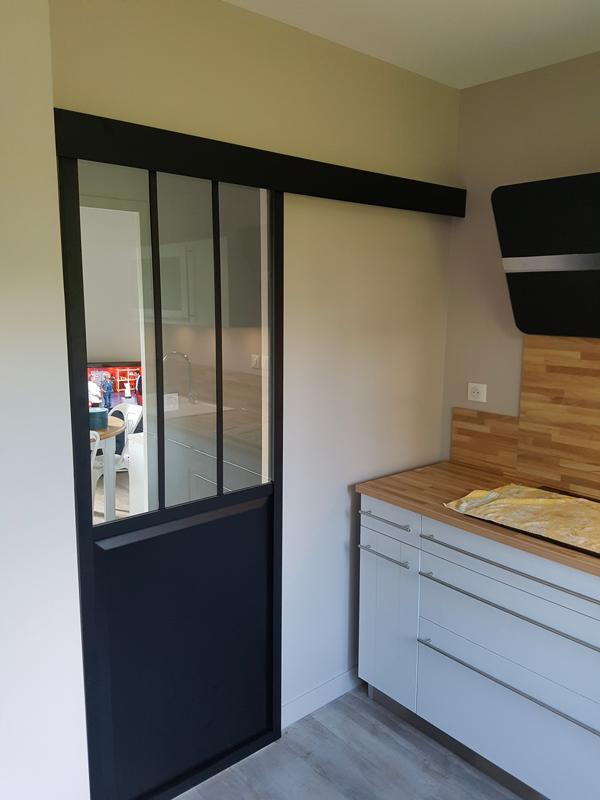 Porte coulissante style atelier sur rails noir mat