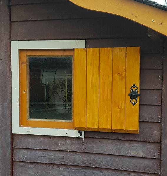 Restauration de fenêtre en bois avec teinte naturelle