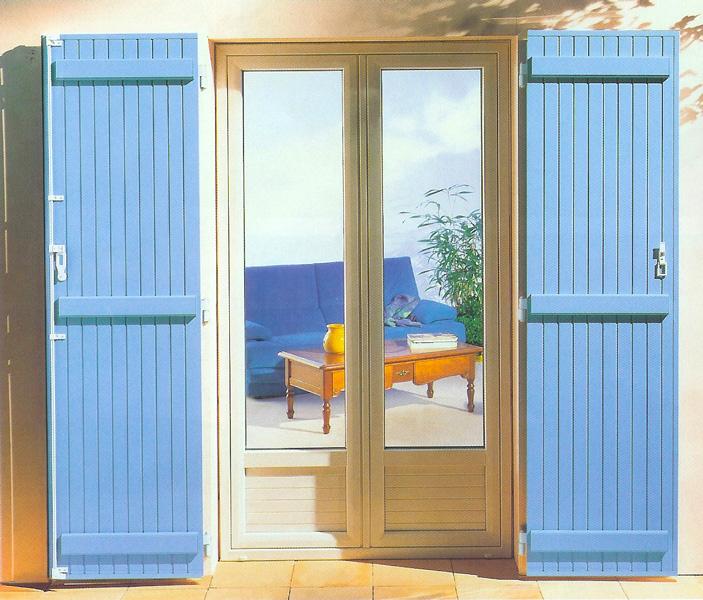 Fenêtre modèle Sofia avec volets en bois