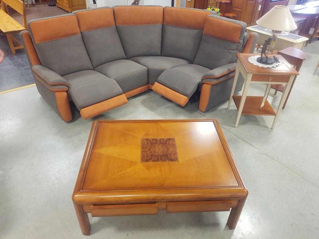 Canapé d'angle réversible avec sellette en merisier massif et table basse carrée