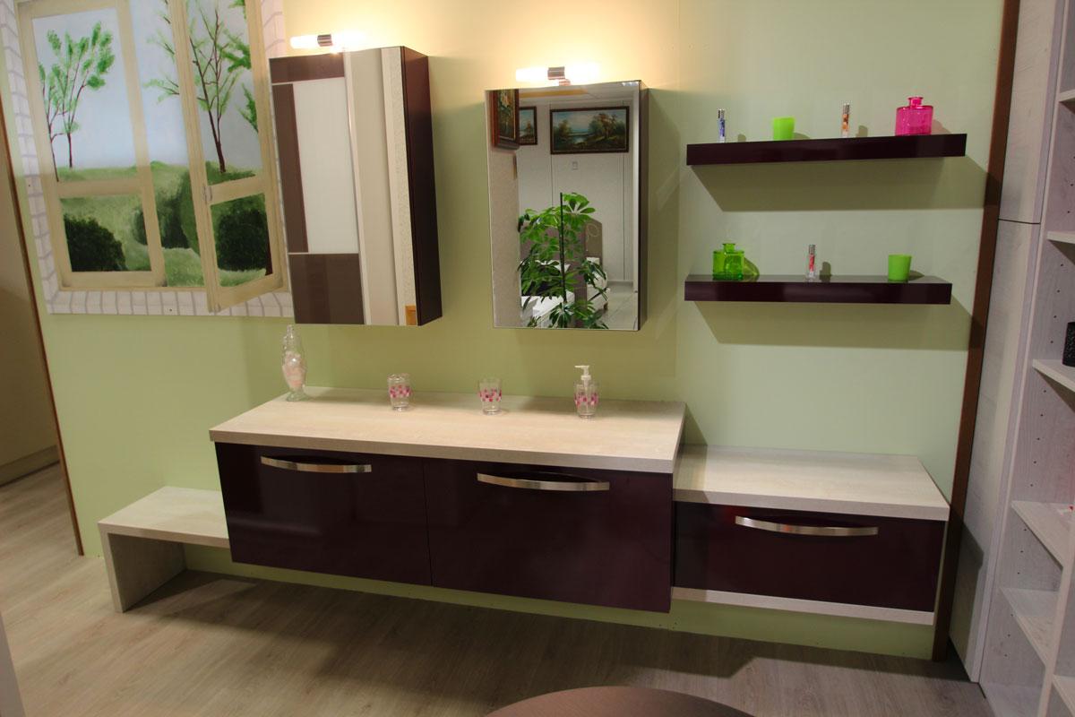 Composition salle de bain coloris aubergine laqué