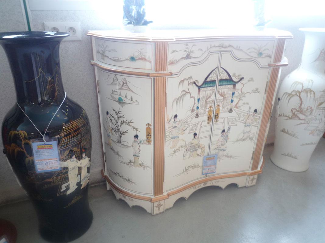Meuble 4 portes inspiration asiatique laque blanche incrustation nacre et jarres